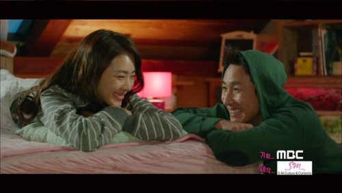 Với trang phục ở nhà Lee Yeon Hee chọn kiểu áo phông kẻ ngang đơn giản, tiện dụng.