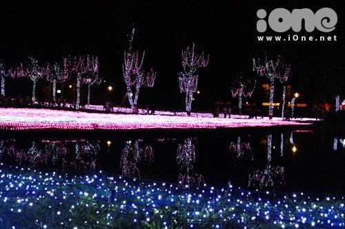 Những ngày qua, công viên Tân Phú (quận Tân Phú, TP HCM) sáng rực với hơn nửa triệu bóng đèn Led. Đây là điểm nhấn của lễ hội ánh sáng Sắc màu Nhật Bản, kéo dài đến ngày 14/2. Với số đèn Led khổng lồ, công viên được chia thành 4 khu theo các mùa: xuân, hạ, thu, đông. Đặc trưng mỗi mùa sẽ có những màu sắc khác nhau.