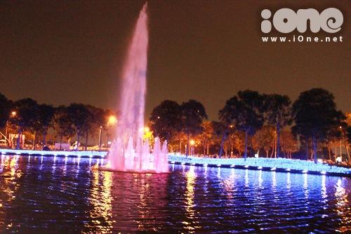 Khu vực mùa hạ tuy đơn giản, nhưng đài phun nước được trang bị với các ánh sáng khác nhau.