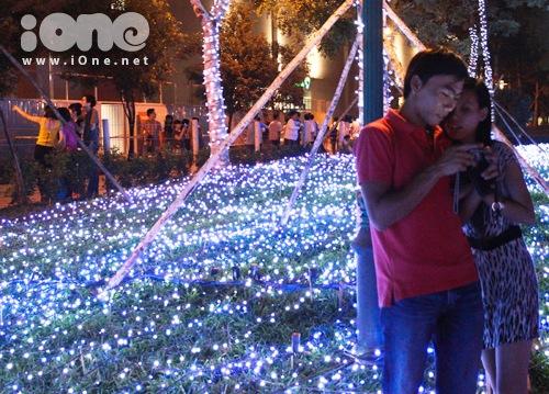 Không ít cặp đôi Sài thành tấp nập hẹn hò tại địa điểm lung linh và cực lãng mạn này.