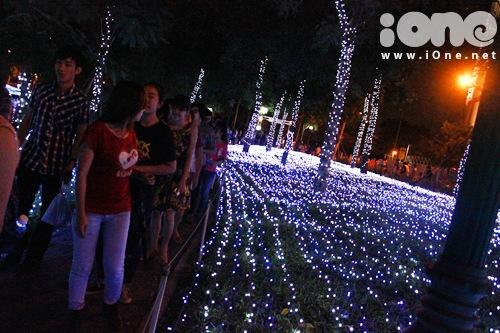 Đến 22h, công viên vẫn còn tấp nập các teen. Đại tiệc ánh sáng sẽ được diễn ra từ 18g đến 22g hằng ngày, đến hết ngày 14/2/2014, tại công viên Tân Phú, đường Bờ Bao Tân Thắng, phường Sơn Kỳ quận Tân Phú.
