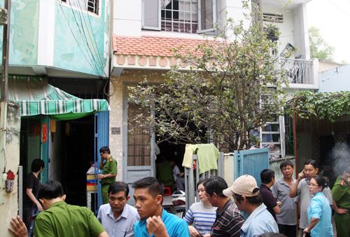 Những phòng trọ phát nổ nằm phía sau căn nhà màu xanh.