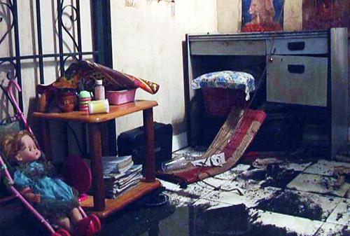 Ở hai phòng trọ kế bên, bàn ghế, sách vở, đồ dùng học tập cũng bị ảnh hưởng.