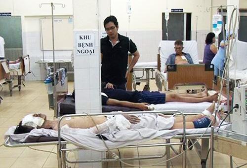 Nạn nhân bị thương là Lê Văn Hạ, 20 tuổi, ngụ Gia Lai đang được cấp cứu tại bệnh viện Trưng Vương.