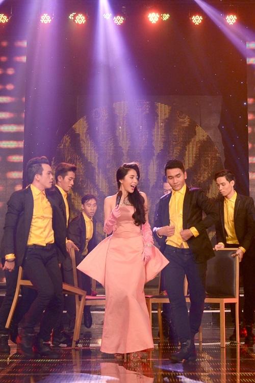 Thủy Tiên chọn hình tượng cô gái vật chất với một hoạt cảnh kết hợp dàn dựng vũ đạo sống động cùng vũ đoàn Bước Nhảy trong ca khúc Nắng xuân hồng