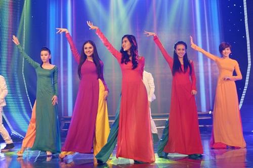 5 cô gái xinh đẹp TVM cũng mang đến một tiết mục trẻ trung và quyến rũ với Xuân về trên môi em.