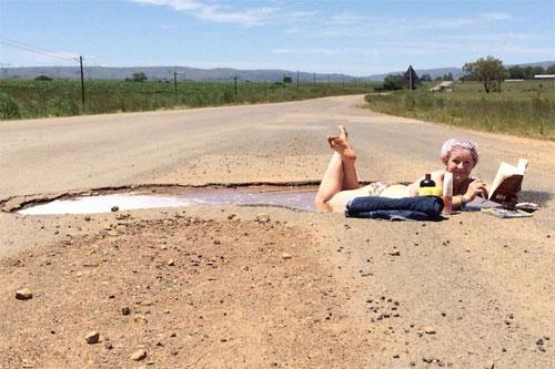 Để phản đối những con đường có chất lượng tệ hại này, cô đã nảy ra ý tưởng đắm mình trong ổ voi khổng lồ. Sau khi tắm xong, cô còn nằm phơi nắng và đọc sách trong trang phục bikini mát mẻ.