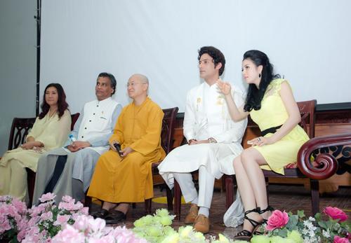 Xuất hiện trong buổi giao lưu này có công chúa Thái Lan (ngoài cùng bên trái), diễn viên nam chính