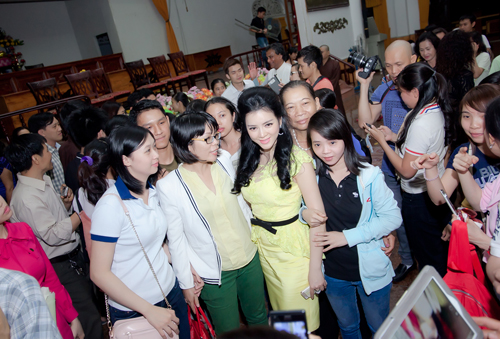 Vừa qua, Lý Nhã Kỳ đã cùng đoàn làm phim Đức Phật Thích Ca có buổi giao lưu với hàng ngàn phật tử tại chùa Phổ Quang, TP HCM.