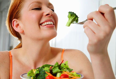 woman-eating-vegetables-3864-1389890780.
