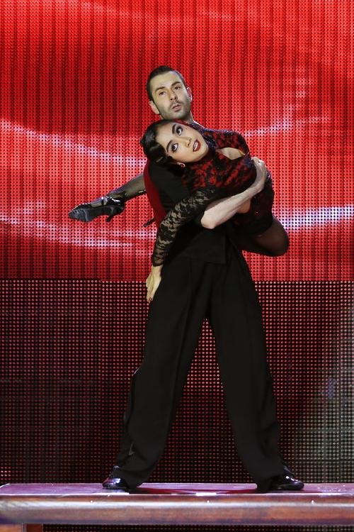 Kết màn trình diễn, bạn nhảy Atanas bất ngờ thực hiện động tác quăng bắt Ốc Thanh Vân trong khi anh đang đứn trên một chiếc bàn cao. Pha nhào lộn nguy hiểm này