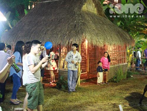 Các teen thích thú chụp ảnh với nhà tranh. Khu vực bày trí cảnh nông thôn, dân dã vẫn hút nhiều bạn trẻ tới thưởng thức.