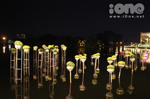 Trong lòng hồ Bán Nguyệt là những chậu cúc vàng sáng rực được thiết kế dạng 'nổi' nom rất lạ mắt.