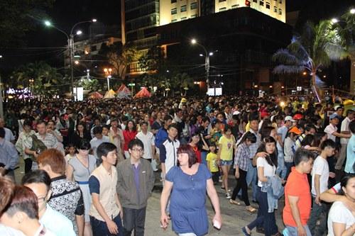 Lượng người xem pháo hoa đặc kín các con phố trung tâm Sài Gòn.