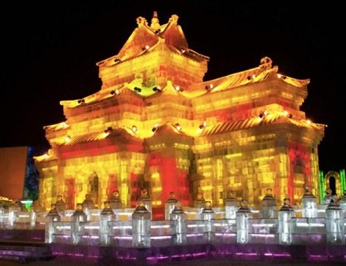 Cung điện mùa hè phiên bản băng hiện lên rực rỡ.