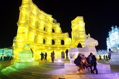 Đấu trường La Mã (Colosseum) bằng băng cũng rất hấp dẫn các khu khách tham quan và chụp hình.
