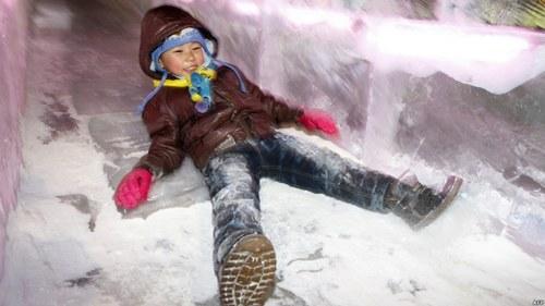 Cậu bé thích thú nằm trượt trên con đường băng tuyết dài hơn 300m.