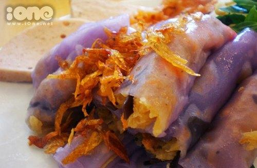 Bánh cuốn bột khoai môn có hương thơm thoang thoảng, sẽ khiến teen rất tò mò muốn nếm thử đây.