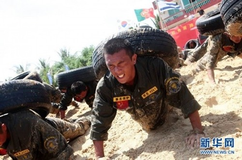 ác học viên của trường đào tạo nhân viên an ninh đầu tiên Trung Quốc phải trải qua những bài tập khắc nghiệt.