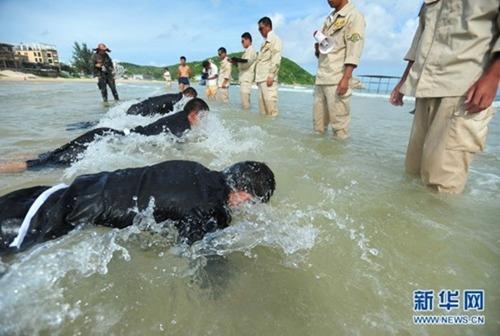 Các học viên tập chống đẩy dưới nước.