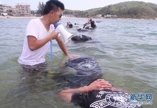 Nnhịn thở dưới nước...