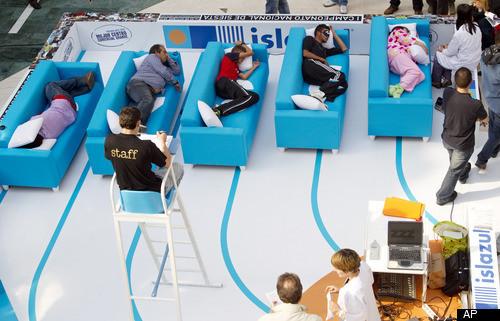 Người Tây Ban Nha thậm chí còn tổ chức cuộc thi ngủ siesta. Ảnh: HuffPost