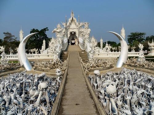 Con hào dẫn đến đền chính với những cánh tay bằng đá phía dưới như một địa ngục thu nhỏ.