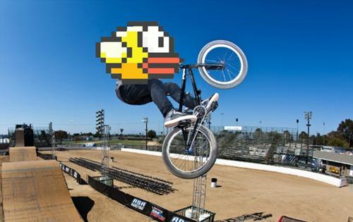 Nhiều người ví von, chơi Flappy Bird cũng như đạp xe leo dốc, càng chơi càng khó và đòi hỏi một tinh thần thép.