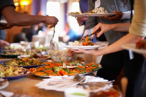Đến với một tiệc buffet, bạn có thể học được nhiều bài học về ứng xử. Ảnh minh họa: Flick.