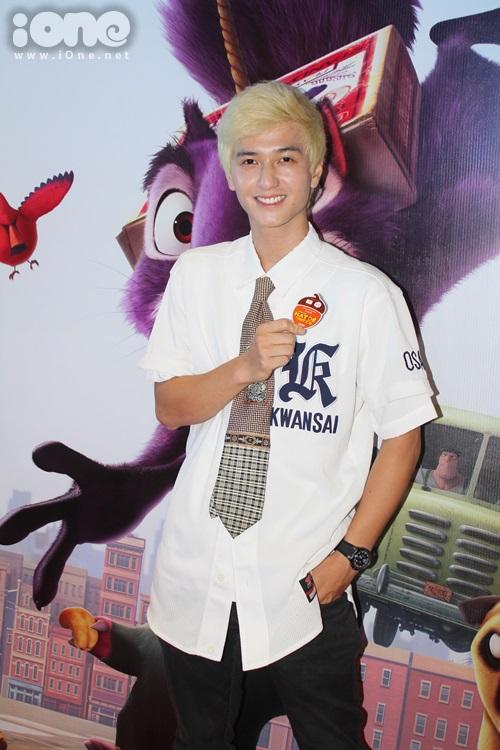 Xuất hiện tại buổi ra mắt phim hoạt hình The nut job (Phi vụ hạt dẻ), Huỳnh Anh xuất hiện và gây choáng với mái tóc vàng bạch kim nổi bật cùng với trang phục hiphop khác xa với hình ảnh thư sinh trước đây.