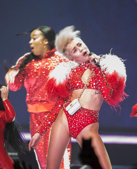 Miley-Cyrus-9-9643-1392605492-2053-13926