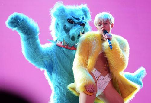 Mặc dù đã hứa sẽ tập trung vào các ca khúc nhưng Miley vẫn gây chú ý hơn vì những màn trình diễn gợi dục.