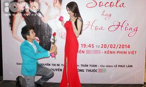 'Búp bê Việt' Lily Luta được trai đẹp quỳ gối tặng hoa