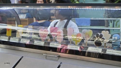 Có rất nhiều loại kem với đủ mùi, đủ vị, đủ sắc và đủ hình dáng cho teen thoả thích chọn. Ảnh: A.Wee.