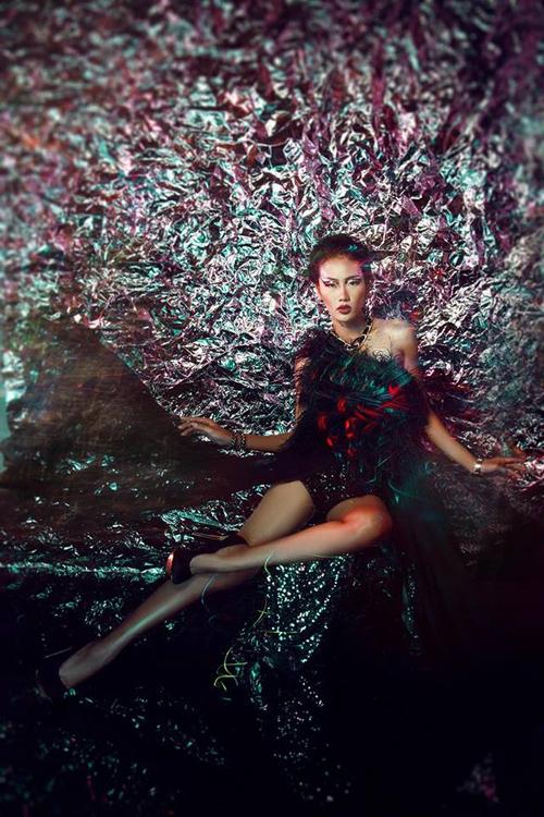người mẫu Nhã Trúc đã tung ra bộ ảnh mới nhất của mình trong BST lạ mắt, độc đáo và quyến rũ của NTK Lê Thanh Hòa. Đây là BST được Lê Thanh Hòa lấy cảm hứng ngẫu nhiên từ hình ảnh cô gái Việt nổi loạn, cá tính và mạnh mẽ đang muốn thoát khỏi sự ràng buộc và định kiến của xã hội.
