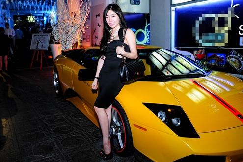 Amanda Baby tên thật là Trương Lệ Vân, từng được biết đến khi kết hợp cùng Yanbi trong ca khúc Câu chuyện tình yêu