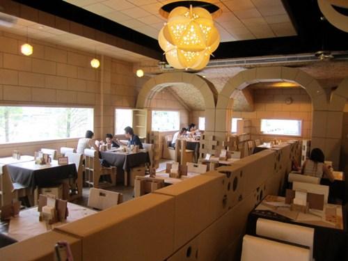 Không gian nhà hàng ấm cúng cùng màu nâu trầm của các mảnh bìa tái chế.