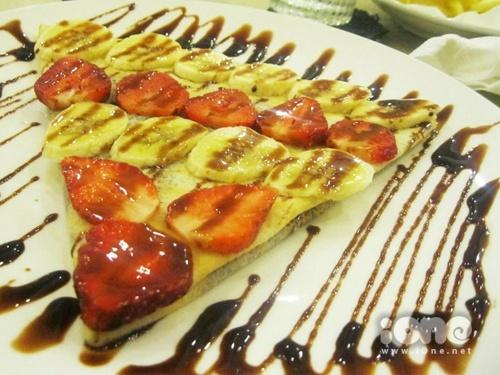 Bánh crepe ngon nhờ vào trái cây tươi quyện cùng sốt chocolate ngọt ngào.