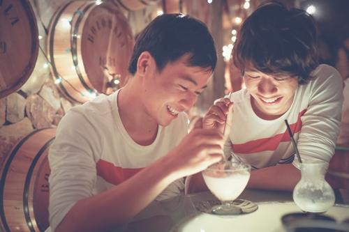 Nụ cười hạnh phúc khi của đôi bạn trẻ khi được ở cạnh nhau và sống đúng với giới tính thật của mình.
