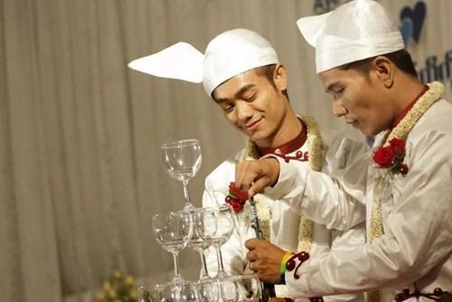 Cả hai rót rượu chúc mừng trong ngày cưới. Ảnh: