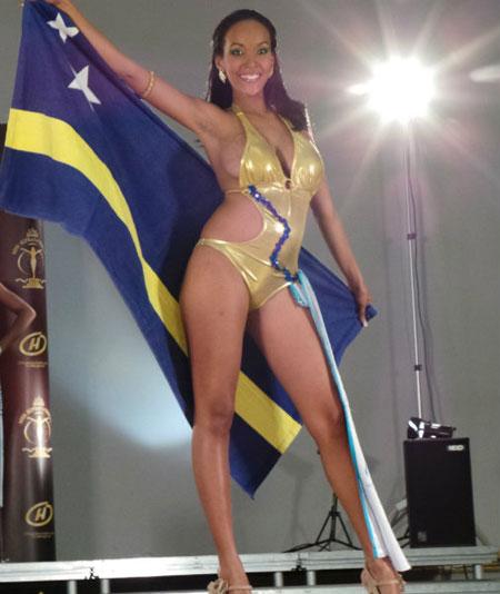 Cuộc thi Miss Supranational 2013 đang diễn ra ở Belarus. Theo Global Beauties, trong đêm thi áo tắm hôm 30/8, nhiều người đã bất ngờ khi chứng kiến vòng hai to bất thường của Xiohenne Renita. Sau đêm thi, các thành viên ban tổ chức yêu cầu Xiohenne đi kiểm tra và kết quả cho thấy người đẹp đã có bầu.