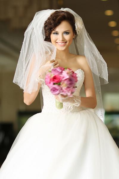 Ngày 28/2, thông tin Hoa hậu Thế giới Người Việt 2010 đăng ký kết hôn từ năm 2011 và cả hai hiện chờ làm thủ tục ly hôn lan truyền trên mạng xã hội.  Cô cũng đại diện nhan sắc Việt đi thi ở các đấu trường nhan sắc quốc tế như: Miss Earth 2010, Miss Universe 2012. Điều này càng khiến dư luận mong chờ lời giải thích của người đẹp về tình trạng hôn nhân của cô vì nếu đúng như cô kết hôn từ năm 2011, cô đã vi phạm quy chế của cuộc thi Miss Universe.