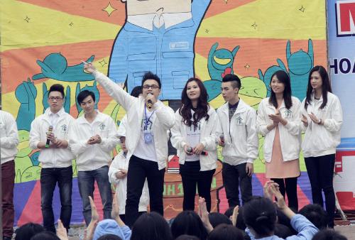 Mai Giang cùng Én đồng Thành Trung (thứ hai từ trái sang - chủ tịch Hội Từ thiện thật) và đoàn tình nguyện đã đến trường THPT Trần Phú (Hải Phòng)để vận động các học sinh cùng quyên gạo cho người nghèo.