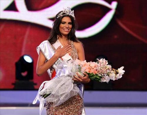 Chưa đầy một tuần sau khi đăng quang, Carlina Duran (trái) bị tước vương miện Hoa hậu Hoàn Vũ CH Dominica.