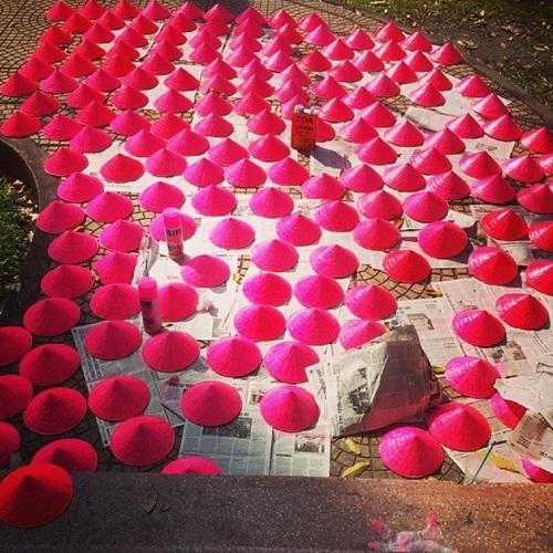 Sone Việt còn thực hiện nhiều hoạt động khác như sơn hồng nón, hay treo băng rôn, banner&