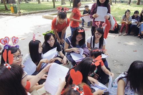 Tranh thủ giờ nghĩ trưa, các bạn fan chia nhóm ngồi tập các đoạn fanchart (đoạn cổ vũ khi các nhóm nhạc thực hiện vũ đạo).