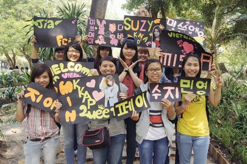say A (fan MissA) cùng chụp ảnh lưu niệm với thành tích của cả nhóm.