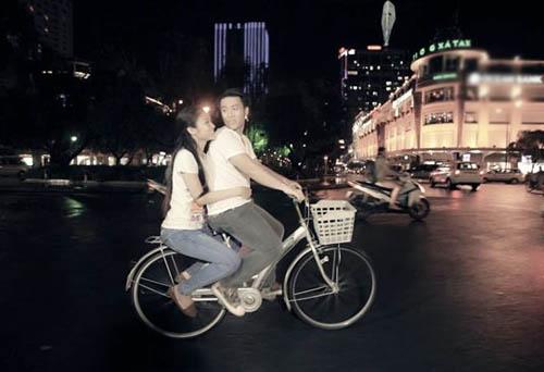 Akira Phan đã đem chi tiết thú vị, hài hước của bộ phim Thái Lan đình đám Tình người duyên ma đưa vào MV.