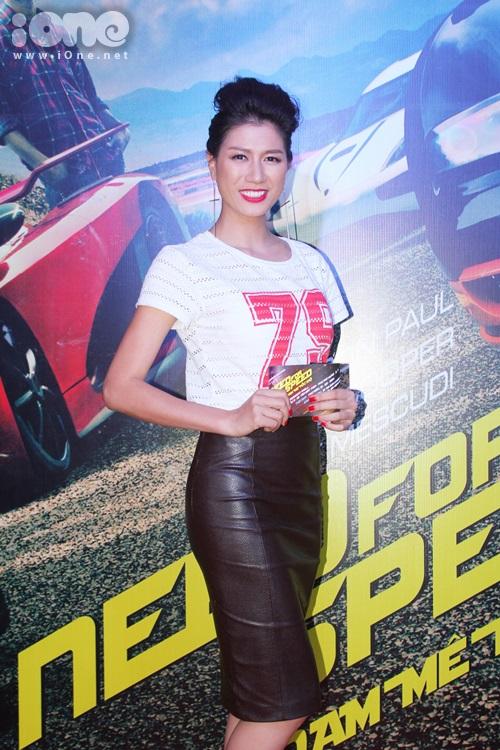 Người mẫu Trang Khàn khoe dáng chuẩn.
