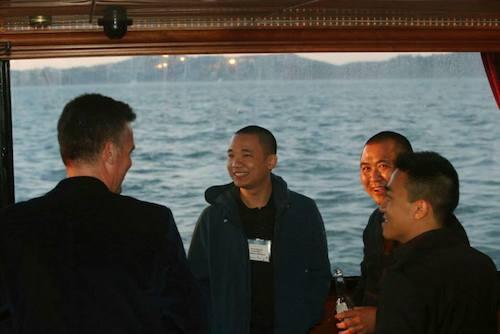 Hà Đông cười nói trên du thuyền với các chuyên gia công nghệ.